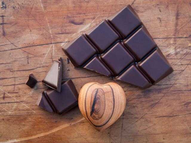 Шоколад повышает или понижает давление?