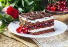 Шоколадно-вишневый торт с персиками и кокосовым кремом