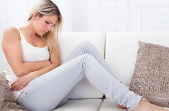 Как лечить молочницу во время беременности К сожалению, резкий рост уровня эстрогенов, которые приходят с наличием беременности увеличивает риск иметь наиболее распространенную вагинальную инфекцию - молочницу. На самом деле, почти 75 процентов всех взрослых женщин имели в их жизни по крайней мере один раз эту инфекцию. Хорошая новость: в то время как это приносит некоторые неудобства для матери, такие инфекции не влияют на беременность или ребенка. [h2]Что может привести к молочнице во время беременности?[/h2] Грибковые инфекции вызваны чрезмерно быстрым ростом влагалищного грибка, называемым Candida Albicans. Баланс бактерий и грибков во влагалище изменяется. Это происходит как правило, когда уровень эстрогена растет в связи с беременностью, использованием оральных контрацептивов или эстроген терапии. Избыток влаги может также вызвать дисбаланс, делая более благоприятную среду для роста бактерий. [h3]Симптомы молочницы при беременности[/h3] Это нормально испытывать значительное увеличение выделений из влагалища во время беременности: Молочного цвета, немного пахнущий, объемистый материал настолько распространен, что у него есть имя - бели. Грибковые инфекции, делают выделения белыми, похожими на хлопья и без запаха. Вы можете испытывать зуд и жжение в области влагалища (так называемой вульвой), которая может выглядеть красной и опухшей. Симптомы инфекции могут включать болезненное мочеиспускание и дискомфорт во время полового акта. [h3]Осложнения при молочнице[/h3] К счастью, грибковые инфекции – (молочница) не опасны и больше досаждают раздражающими неудобствами. Тем не менее, если у вас есть молочница, то ее можно передать его своему ребенку во время родов, так как грибок, который вызывает грибковые инфекции влагалища может также вызвать молочницу (дисбаланс, как правило, во рту). В этом случае у вашего новорожденного могут появиться белые пятна в ротовой полости, которые могут быть переданы обратно к вам, когда вы кормить грудью. К счастью, молочница легко лечи
