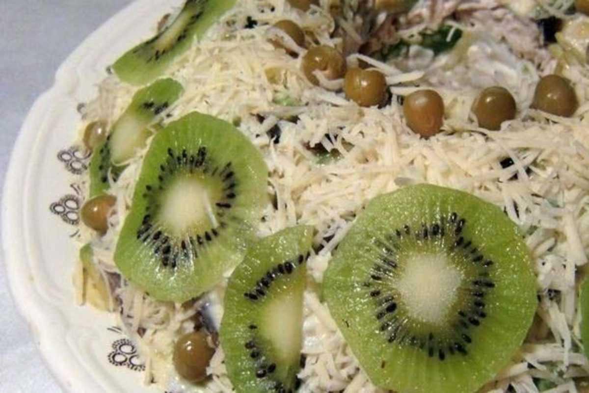 Салат зеленый с киви и яйцами