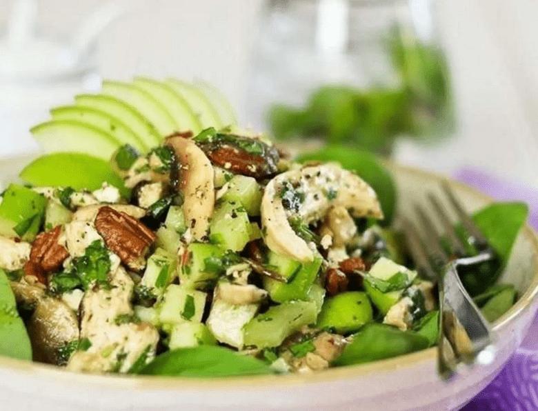 Салат с шампиньонами и зеленым яблоком