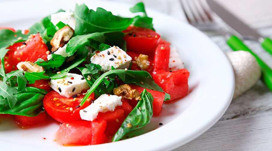 Легкий салат с помидорами и сыром