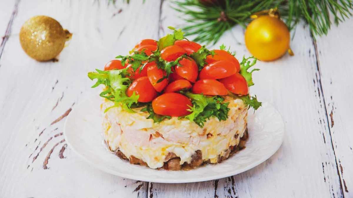Салат «Новогодний» с шампиньонами и сыром