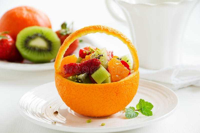 Салат фруктовый в апельсине