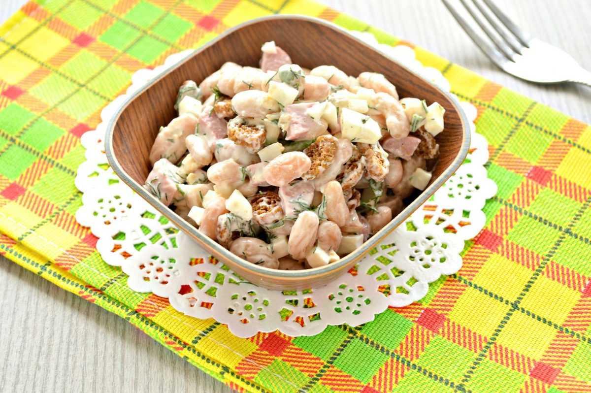 Салат из маринованных шампиньонов с сухариками