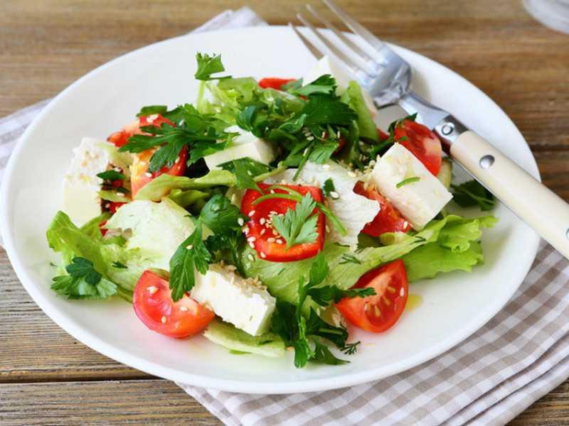 Салат из помидоров и сыра с зеленью