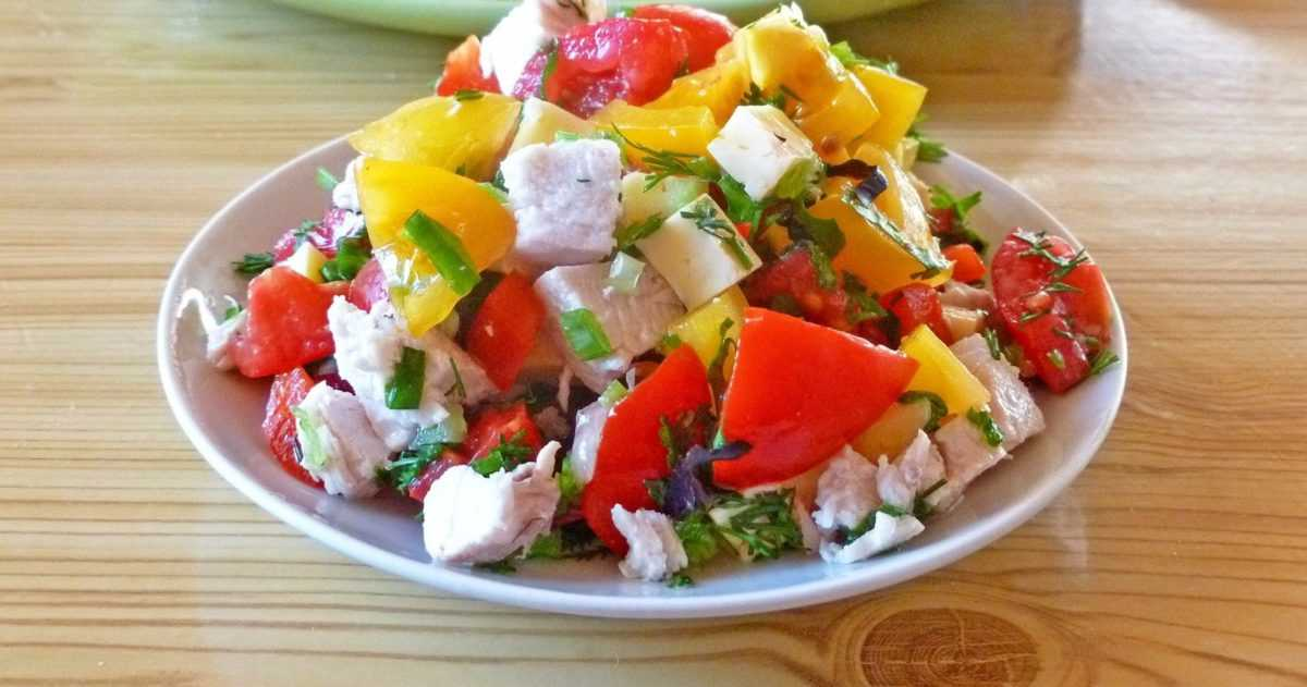 Салат из помидоров, овечьего сыра и болгарского перца