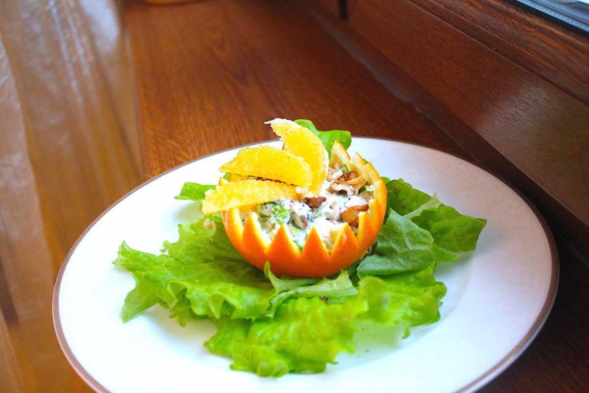 Салат с хамоном в апельсине