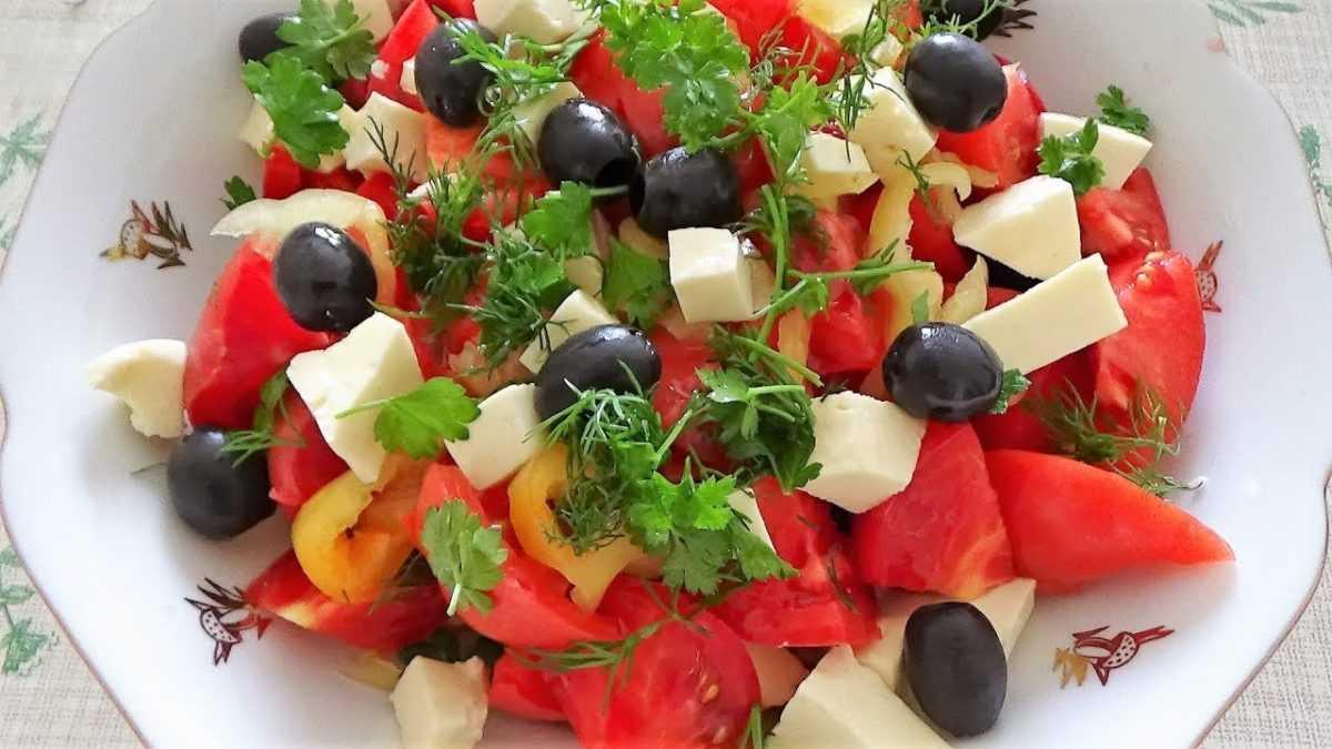 Салат с оливками, брынзой и помидорами