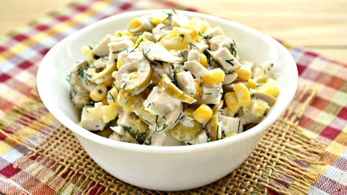 Салат с оливками, грибами и зеленью