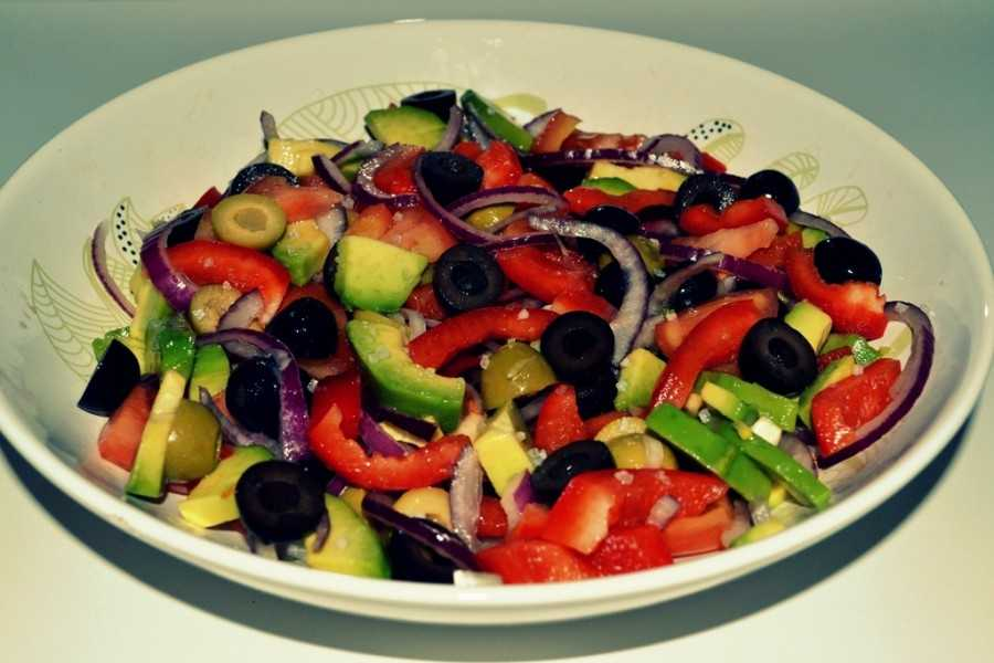 Салат с оливками и болгарским перцем