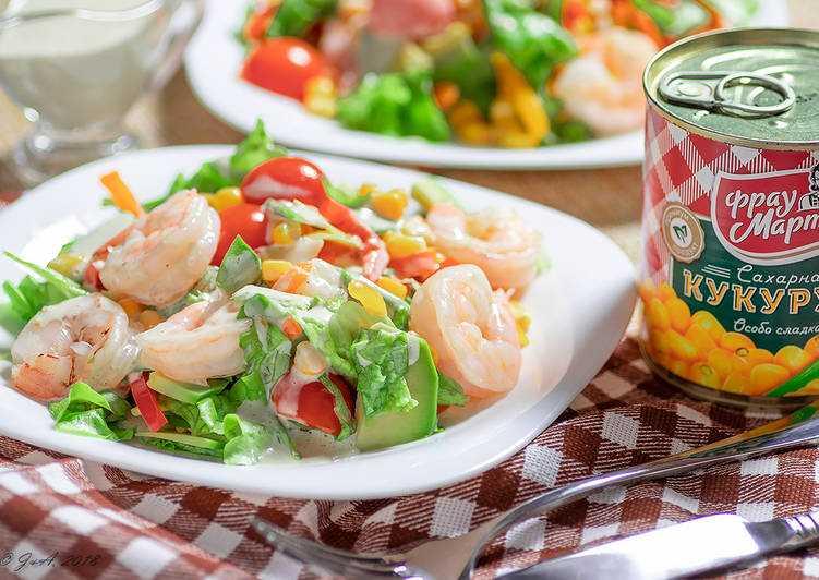 Салат с оливками, кукурузой и креветками