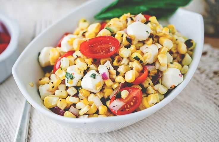 Салат с оливками, кукурузой и сыром