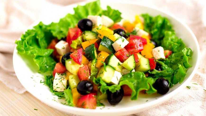 Салат с оливками, сыром и помидорами