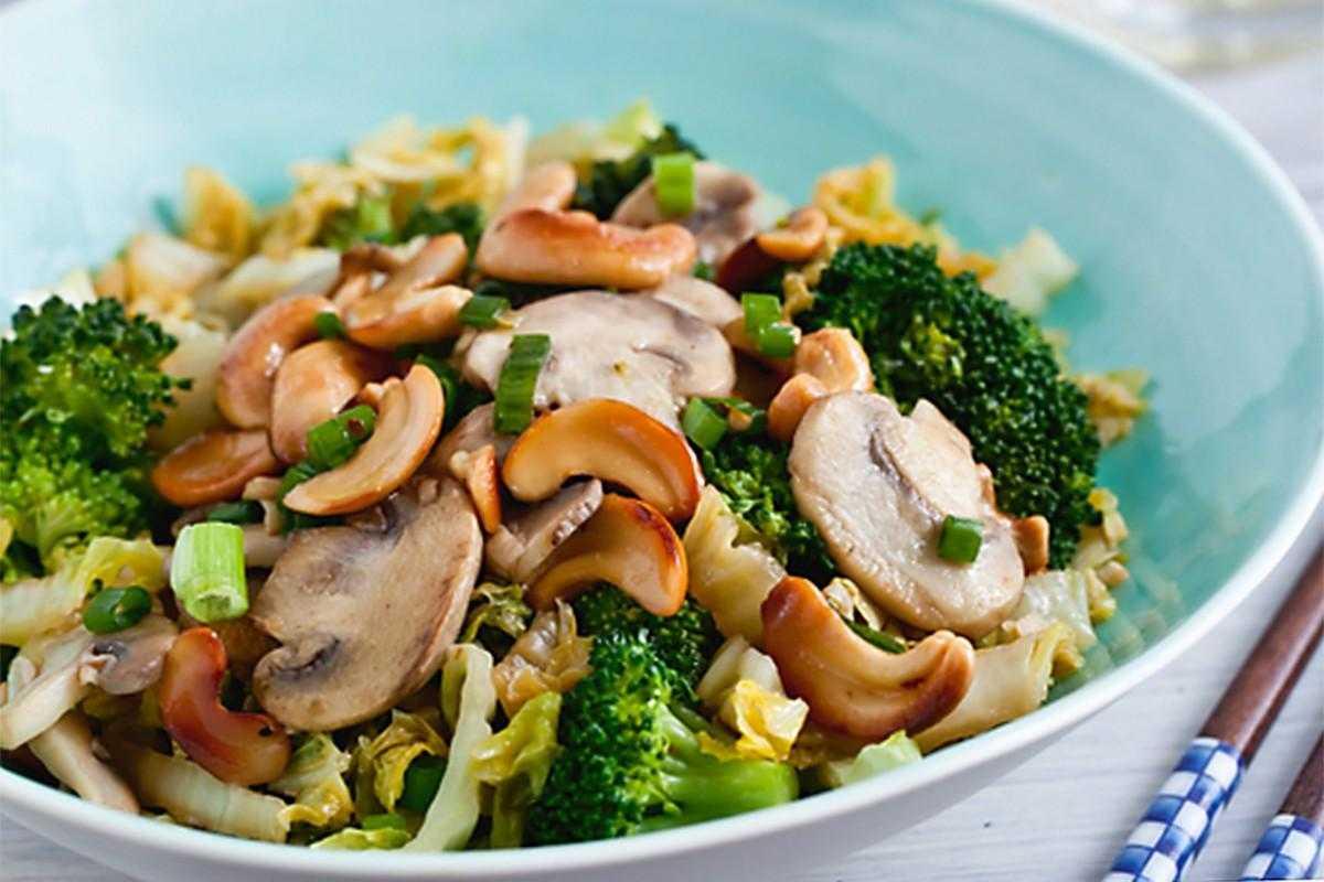 Салат с шампиньонами, овощами и зеленью