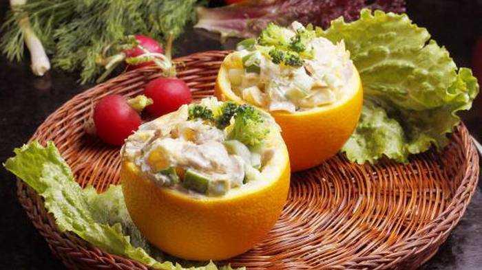 Салат в апельсине с ветчиной и шампиньонами
