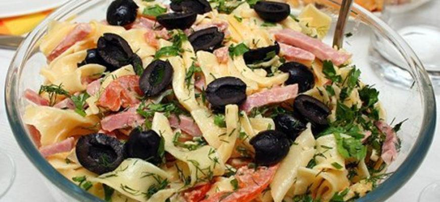Салаты с оливками на праздничном столе