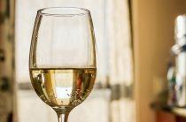 Белое вино повышает или понижает давление?